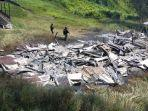 puing-puing-rumah-guru-yang-dibakar-kkb-di-kampung-dambet.jpg