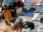 rahmatia-sedang-mendampingi-putrinya-yang-sedang-terlelap-tidur.jpg