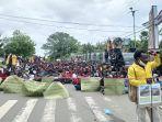 ratusan-mahasiswa-unipa-dan-parlemen-jalanan-gelar-aksi.jpg