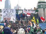 ribuan-mahasiswa-dari-berbagai-universitas-demo-di-dpr.jpg