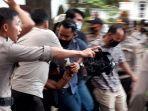 salah-satu-pedemo-ditangkap-oleh-polisi-saat-demonstrasi-tolak-omnibus-law.jpg