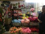 salah-seorang-pedagang-bunga-palsu-berdiri-di-depan-kiosnya.jpg