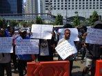 sejumlah-mahasiswa-papua-dan-papua-barat-berunjuk-rasa-di-depan-mapolda-metro-jaya-sabtu-3182019.jpg