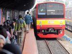 sejumlah-penumpang-saat-menaiki-krl-di-stasiun-manggarai.jpg
