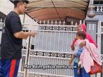 seorang-ibu-yang-bawa-anak-minta-bantuan-ke-baim-wong.jpg