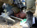 tentara-israel-menindih-leher-aktivis-lansia-palestina.jpg
