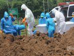 tim-medis-dan-petugas-melakukan-prosesi-pemakaman-jenazah-orang-dengan-covid-19.jpg