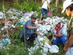 warga-dan-petugas-memeriksa-ribuan-sampah-medis-di-lingkungan-gondanglegi.jpg