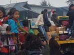 warga-distrik-ilaga-yang-akan-mengungsi-di-polsek-dan-koramil-ilaga.jpg