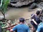 warga-evakuasi-jasad-alfian-seorang-pelajar-yang-tewas-dililit-ular.jpg