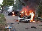 warga-membakar-dua-mobil-dan-memblokir-jalinsum.jpg