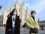 warga-mengenakan-masker-saat-berjalan-melintasi-piazza-del-duomo-di-milan.jpg