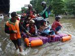 warga-menggunakan-perahu-karet-melintasi-banjir.jpg