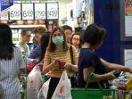warga-singapura-belanja-di-supermarket.jpg