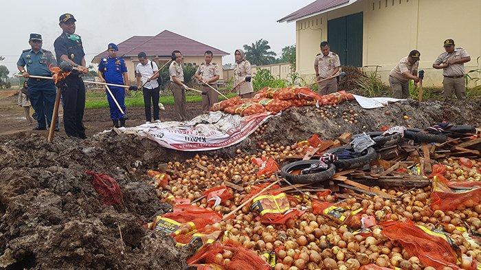 13,5 Ton Bawang Bombay Diduga Berasal dari Malaysia Dimusnahkan oleh BKP Wilayah Dumai