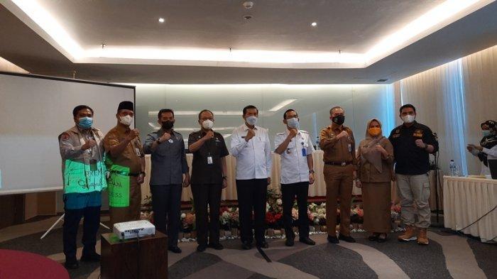 Wali Kota Pekanbaru, Firdaus bersama Kepala BNN Pekanbaru, Febri Firmanto foto bersama usai dalam Rapat Kordinasi Pengembangan dan Pembinaan Kota Tanggap Ancaman Narkoba di Premier Hotel, Selasa (21/9/2021).