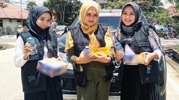 3 Srikandi Cantik di Inhil Bagi-bagi Nasi Kotak Kepada Masyarakat
