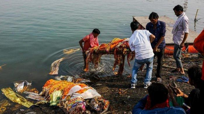 Covid-19 Di India Merajalela, Sungai Gangga Jadi Tempat Pembuangan Mayat Pasien, Anjing Pun Berpesta