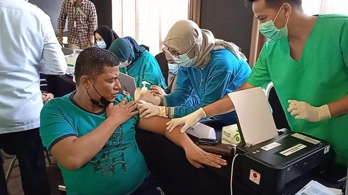 550 karyawan hotel dan restoran mengikuti kegiatan vaksin Covid-19 di Hotel Bono Pekanbaru, Jalan Riau, Rabu (24/3/2021).