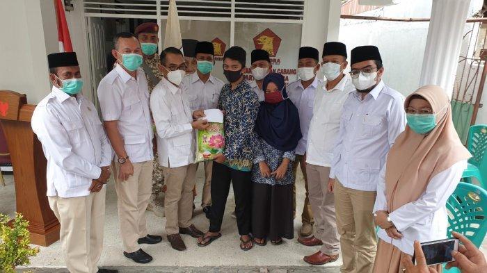 Ketua DPC Partai Gerindra Pekanbaru Drs Esweli, bersama 7 Anggota Fraksi Partai Gerindra DPRD Pekanbaru saat memberikan sembako kepada warga, bersempena HUT Partai Gerindra ke-13 Tahun 2021, Sabtu (6/2/2021) di Kantor DPC Partai Gerindra  Pekanbaru Jalan Bangau No 4 Sukajadi