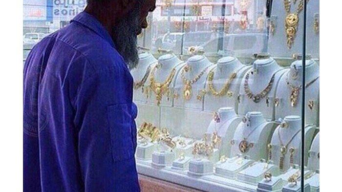 Petugas Kebersihan Dihina karena Memandang Perhiasan di Etalase Toko, Netizen Lakukan Ini Untuknya