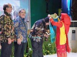 Kepala SMPN 1 Mempura Siak Riau Kalungkan Tenun Siak ke Menteri Siti Usai Terima Adiwiyata Mandiri