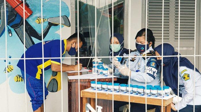 Warga Binaan mengisi kelengkapan administrasi untuk mengikut test urine di Lapas Tembilahan, Inhil, Riau.