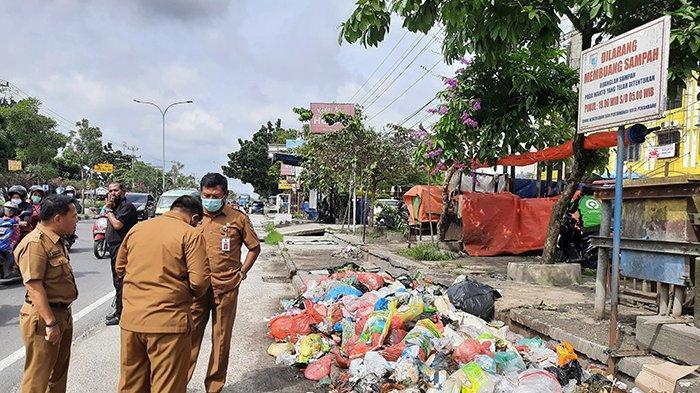 Kepala DLHK Kota Pekanbaru,  melihat langsung kondisi tumpukan sampah di tepi Jalan HR Soebrantas, Kota Pekanbaru, Senin (4/12/2020).