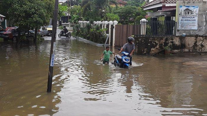 Akibat Hujan Deras, Air Sungai Batak Pekanbaru Meluap Hingga ke Jalan Lembah Raya