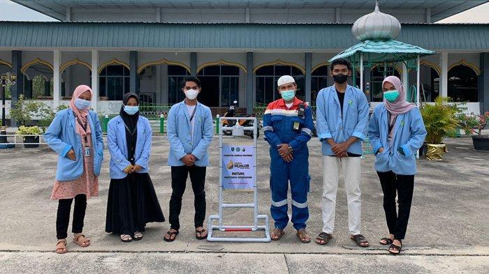 Ajak Masyarakat Terapkan Prokes Cegah Covid-19, Mahasiswa Kukerta UNRI Serahkan Media Hand Sanitizer