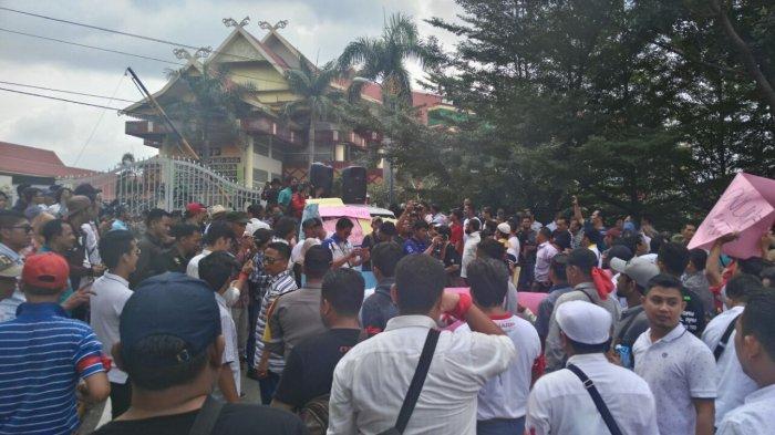 Massa Aksi Driver Online Minta Perwakilan DPRD Provinsi Riau Temui Mereka