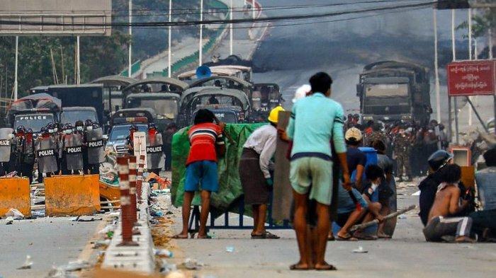 80 Warga Langsung Bergelimpangan Usai Aparat Militer Myanmar Tembakan Granat Ke Massa Demonstrasi
