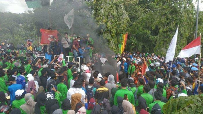 Suasana rusuh pada saat aksi massa Tolak Omnibus Law menyampaikan aspirasi di Gedung DPRD Rohul.