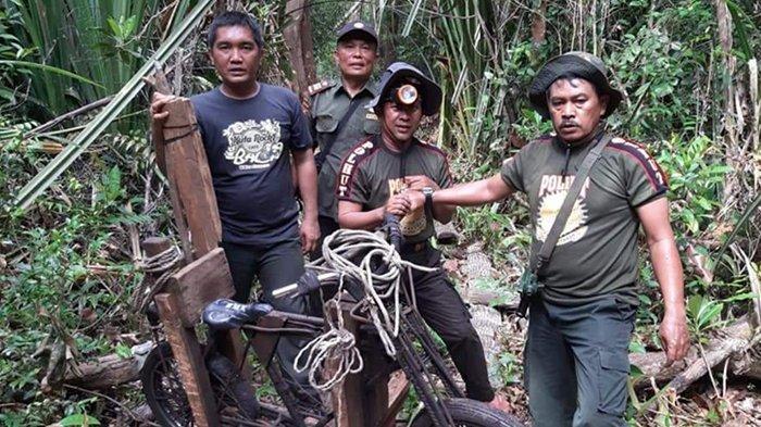 Petugas SKW I BKSDA Riau saat patroli di hutan Suaka Margasatwa Kerumutan Kabupaten Pelalawan dan menemukan aktivitas ilegal logging, Jumat (17/9/2021).
