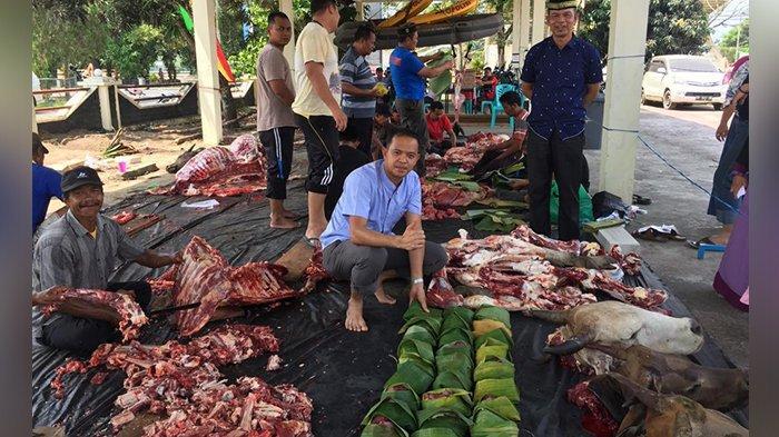 Alasannya Prihatin, Polres Inhu Riau Bagikan Daging Kurban dengan Bungkus Daun Pisang