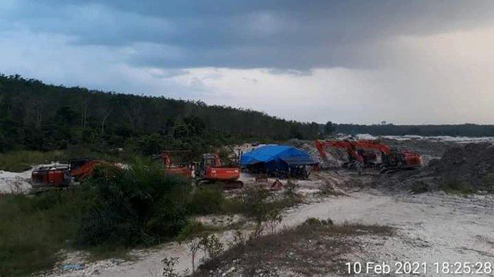Alat berat yang bekerja di Desa Petapahan, Kecamatan Gunung Toar, Kuansing diduga sedang melakukan penambangan emas ilegal.