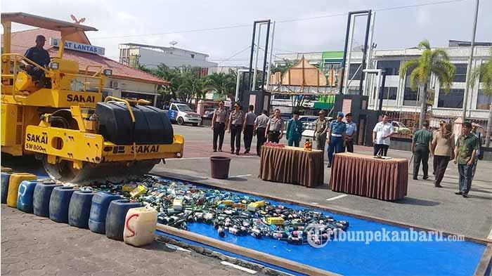 Ratusan Botol dan Kaleng Minuman Alkohol Sitaan Polres Dumai Dimusnahkan