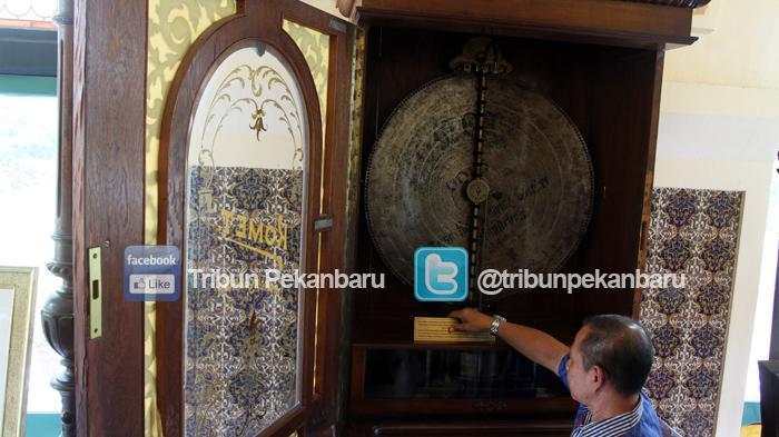 Alat pemutar musik Komet, sejenis gramophone diputar di Istana Siak, Kabupaten Siak, Kamis (14/4/2016)