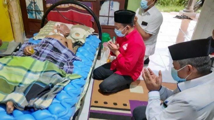Bezuk Mantan Ketua LAMR Tualang, Alfedri Berdoa di Samping Tempat Tidur Abdul Razak