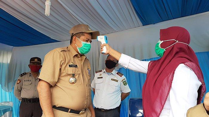 Bupati Siak Alfedri Ditodong Thermometer Gun di Pos Cek Poin Kerinci Kanan, Riau