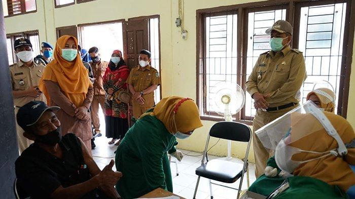 Sapa dan Semangati Warga yang Ikut Vaksinasi Massal di Sungai Apit,Apa yang Dikatakan Bupati Siak?