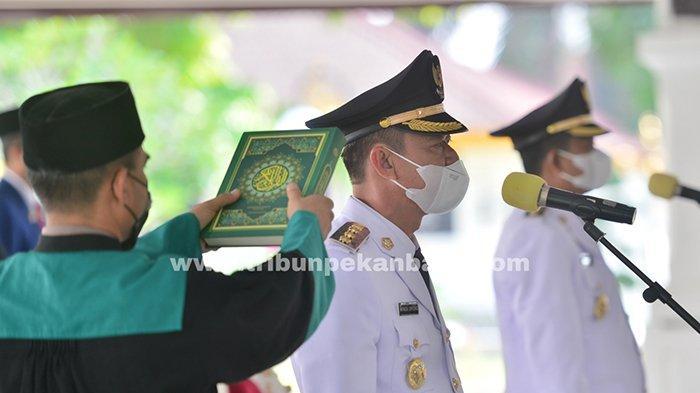 Foto : Dilantik Gubernur Riau, Afrizal Sintong dan Sulaiman Resmi Pimpin Rohil - ambil-sumpah-bupati-rohil-afrizal.jpg