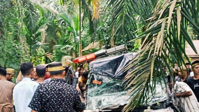 Antar Jenazah dari Jakarta ke Inhil, Sopir Ambulans Kelelahan Tabrak Pohon Sawit, Ini Penampakannya
