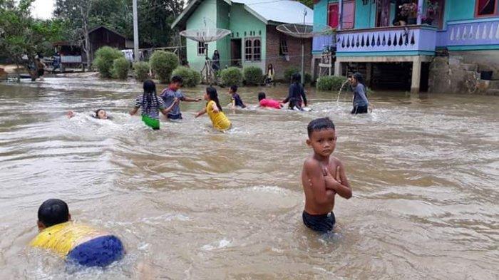 Petugas Dinas Kesehatan Pelalawan On Call 24 Jam untuk Pengungsi Banjir