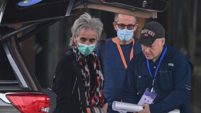 Anggota tim WHO Peter Daszak (kanan) dan Marion Koopmans (kiri) didampingi oleh Peter Ben Embarek (tengah) saat meninggalkan hotel setelah tim Organisasi Kesehatan Dunia (WHO) menyelesaikan penyelidikannya mengenai asal-usul virus corona COVID-19 di Wuhan di provinsi Hubei tengah China pada 10 Februari 2021.