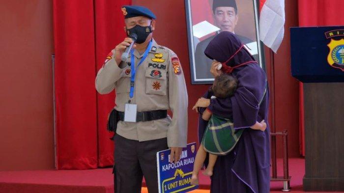 Anggota Satuan Brimob Polda Riau Ini Menangis Dapat Rumah, Sebentar Lagi Masuk Masa Pensiun