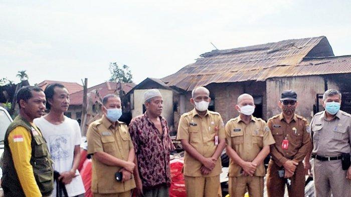 Sekda Antar Langsung,Ada Kasur,Makanan dan Alat Dapur,Pemda Pelalawan Bantu Korban Kebakaran Rumah