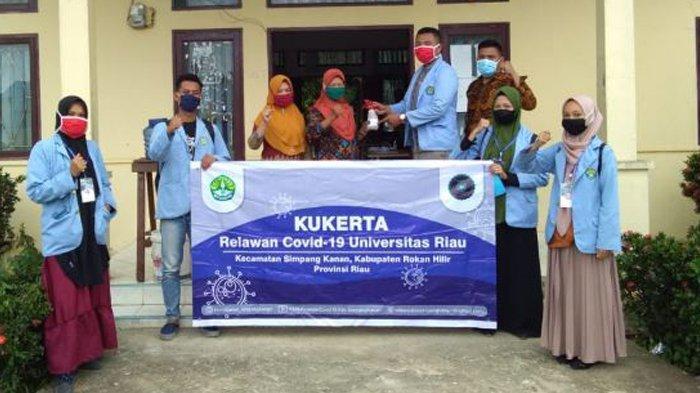 Antisipasi Penularan Covid-19, Mahasiswa Kukerta UNRI Sosialisasi New Normal dan Bagikan Masker