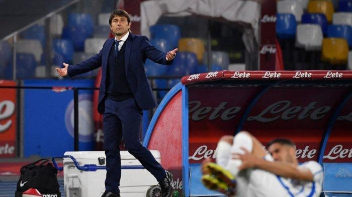 Pelatih Inter Milan asal Italia, Antonio Conte bereaksi selama pertandingan sepak bola Serie A Italia Napoli vs Inter pada 18 April 2021 di stadion Diego-Maradona (San Paolo) di Naples.
