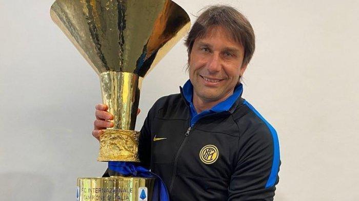Antonio Conte dengan Trofi Liga Italia yang dimenangkannya bersama Inter Milan